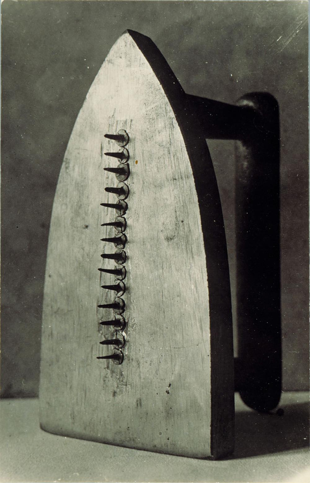 "Man Ray, ""Le cadeau"", 1921."