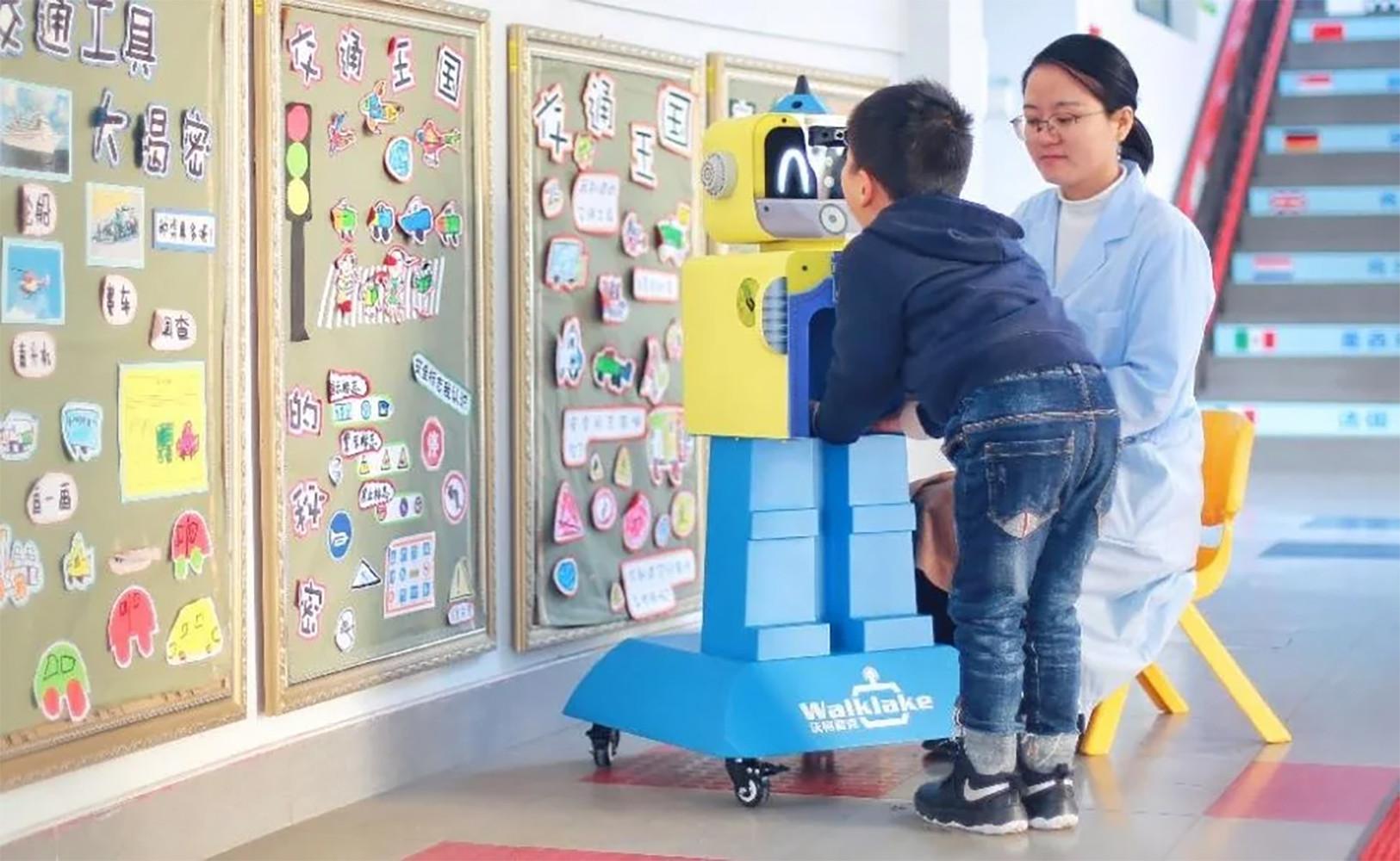 coronavirus en los colegios. Robot chino