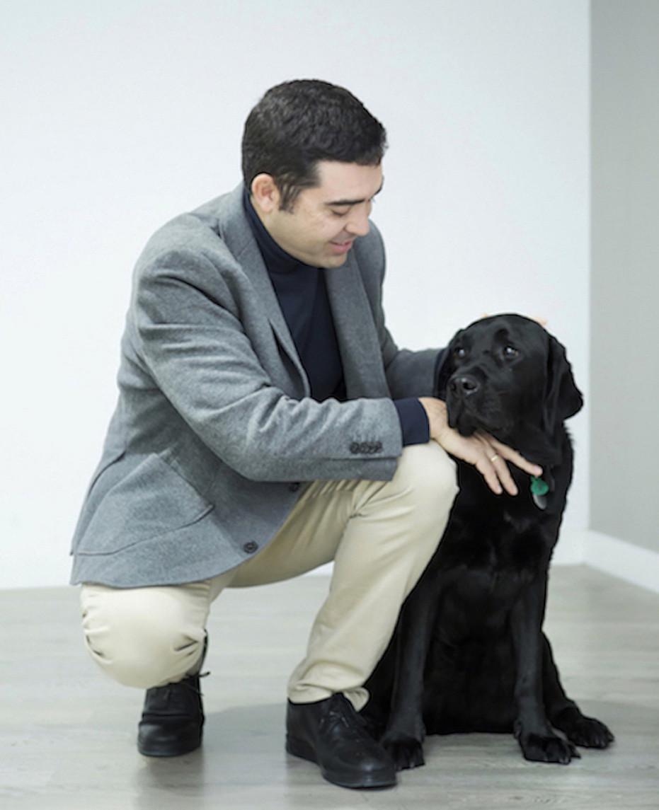 Doctor Enrique Pérez Montero, junto a su perro guía