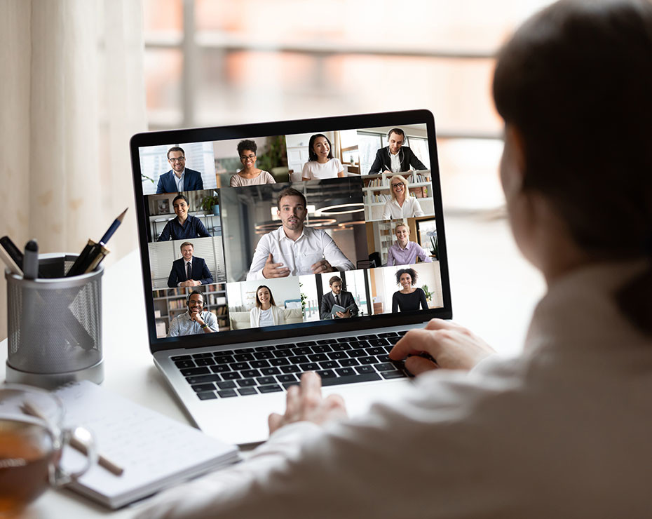 mujer con un ordenador hace una videollamada - artículo psicología de una pandemia