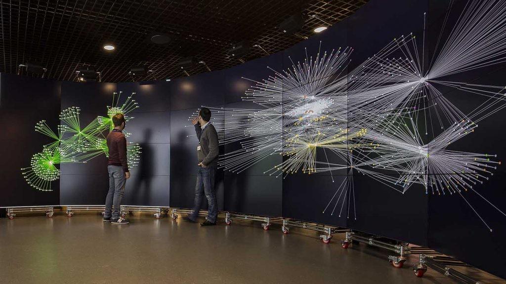 Miguel Molina Solana y Juan presentando el estudio