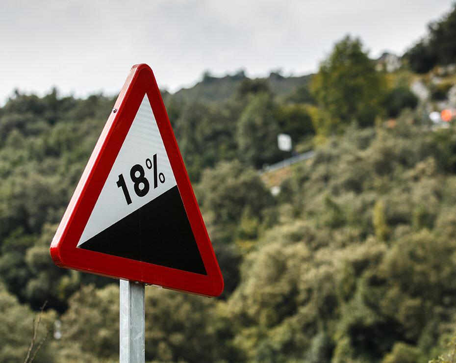 señal de cuidado con la pendiente de 18%