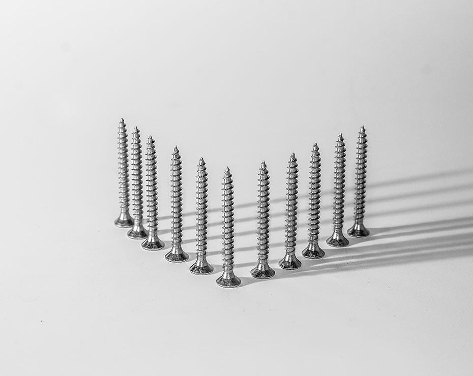 tornillos colocados hacia arriba apoyados sobre sus cabezas planas
