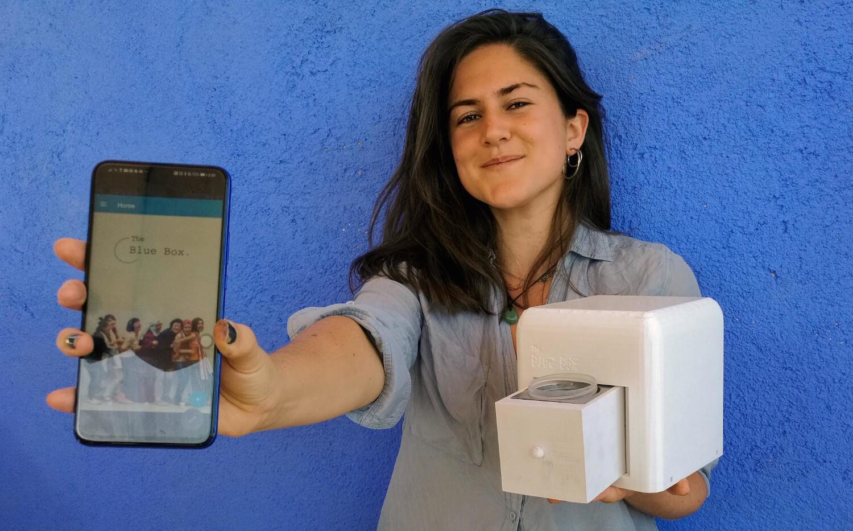 Judit Giró muestra su dispositivo para luchar contra el cáncer de mama.