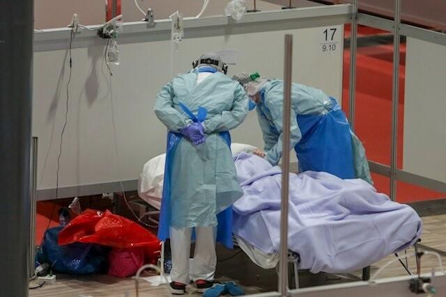 Un paciente es atendido de Covid-19 en el Ifema de Madrid (foto de Pablo Barreiro).