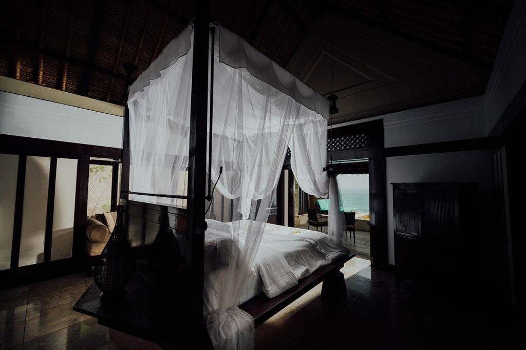 mosquitera en una cama