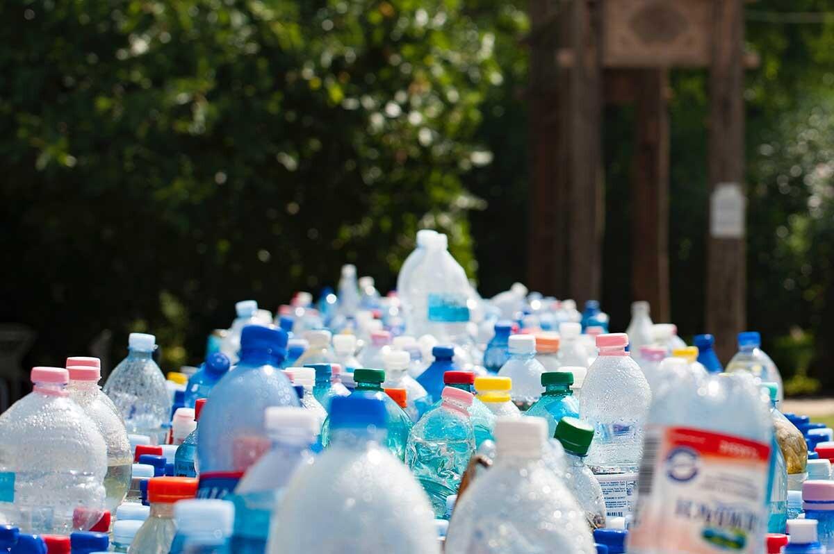 Según la consultora McKinsey, solo el 15 % de los plásticos producidos cada año se recupera de forma efectiva a nivel mundial.