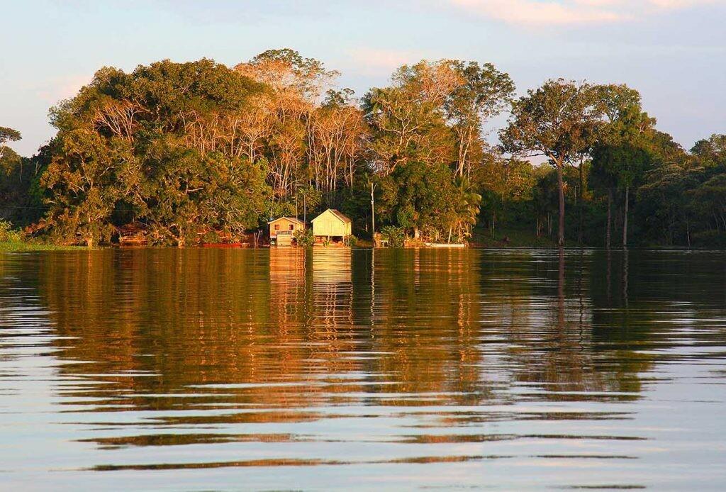 casas en la orilla del Amazonas en Brasil