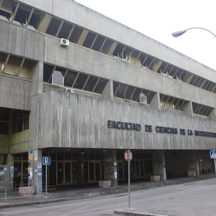 Facultad de Ciencias de la Información fabricada en hormigón