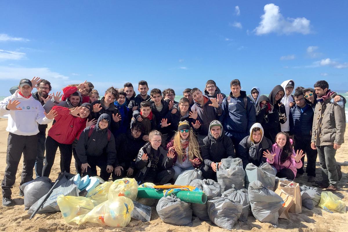 Save the Med organiza jornadas de limpieza de playas y entornos costeros.