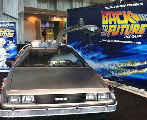 Delorean y cartel de Regreso al futuro