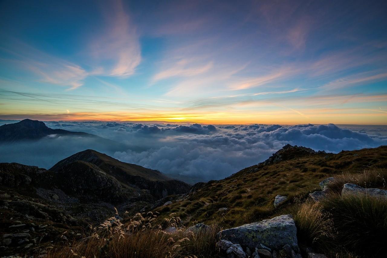 Paisaje de montañas nubladas al amanecer