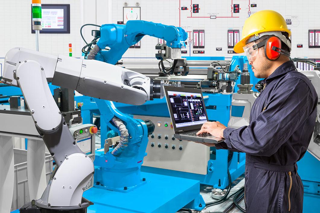 operario trabajando con un robot