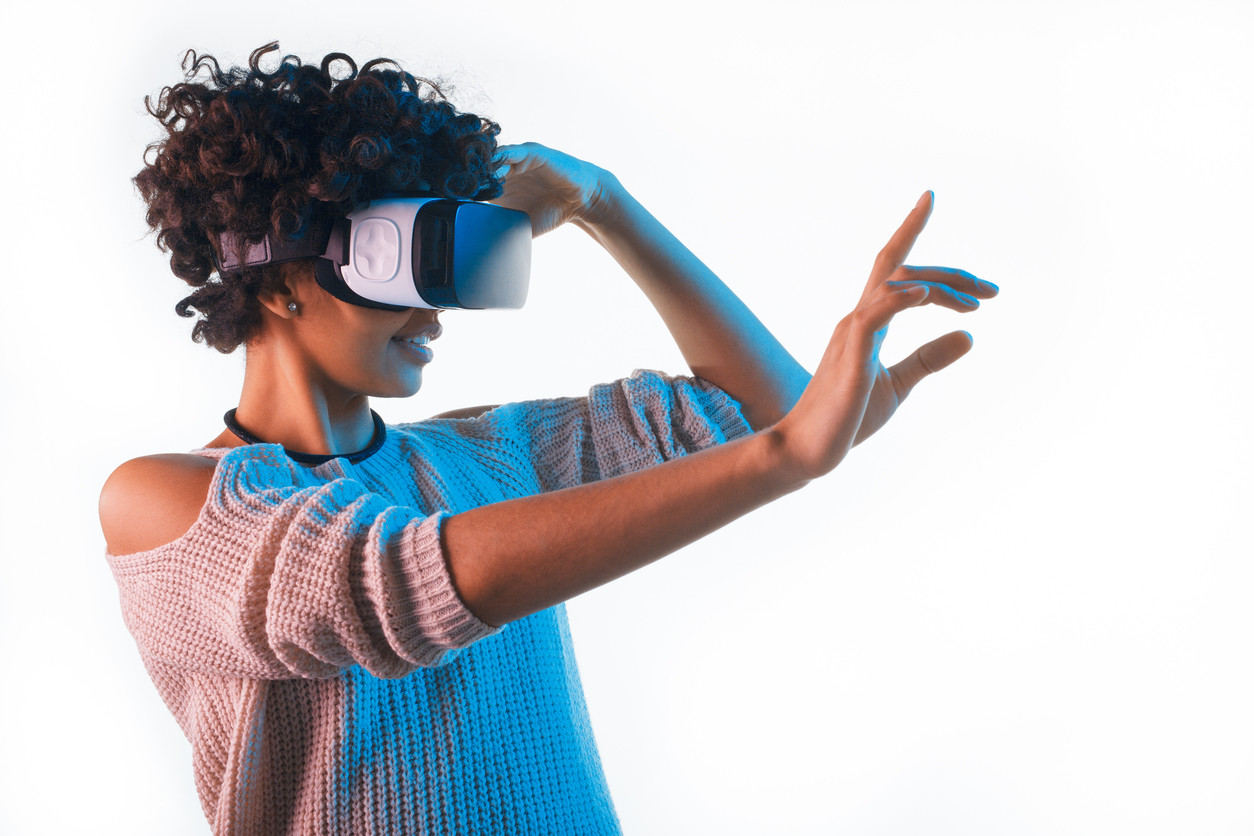 mujer usando unas gafas de VR