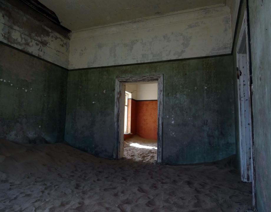 casa enterrada arena sin humanos