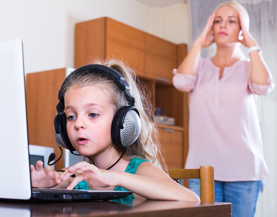 tecnologia-nino-viendo-contenido-adultos