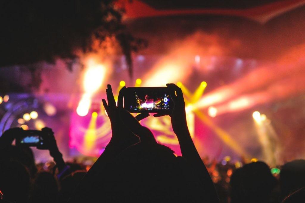 Ver un concierto a través de nuestro smartphone condiciona la experiencia.
