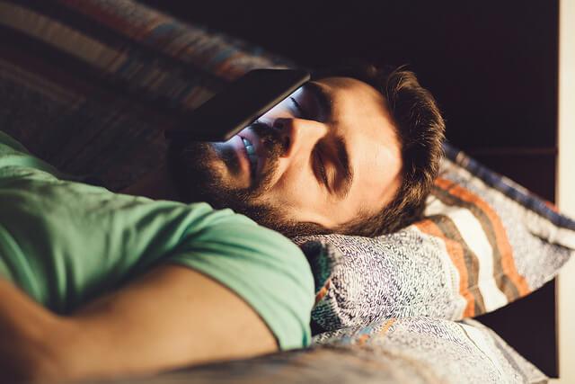 Es mejor evitar el uso de smartphones y tablets antes de dormir.
