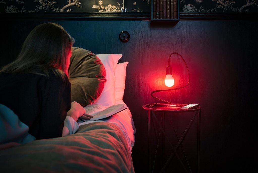 La luz de la lámpara se vuelve roja al usar las redes sociales.