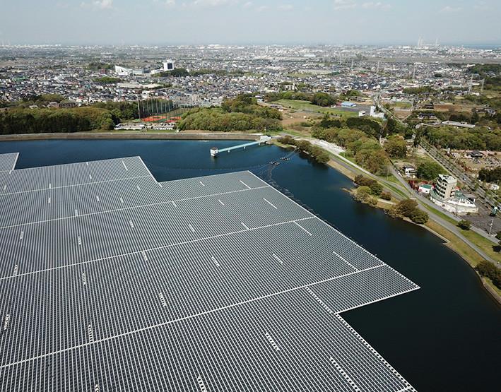 instalacion planta fotovoltaica sobre lago