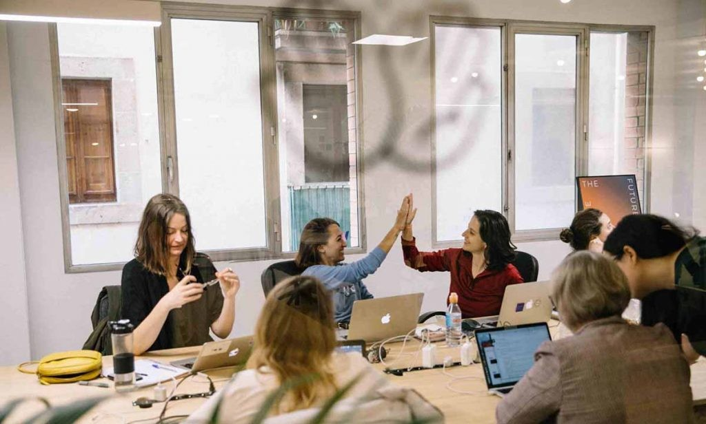 allWomen ofrece formación tecnológica impartida para mujeres, y para mujeres.