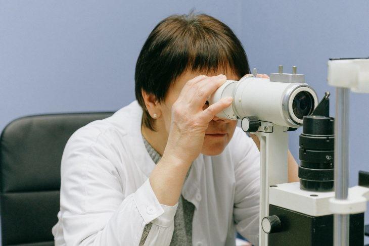mujer microscopio