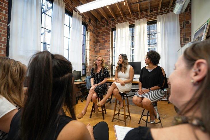 mujeres sentadas taburete
