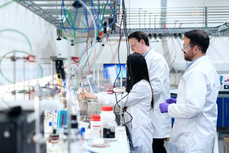 investigadores laboratorio ordenadores