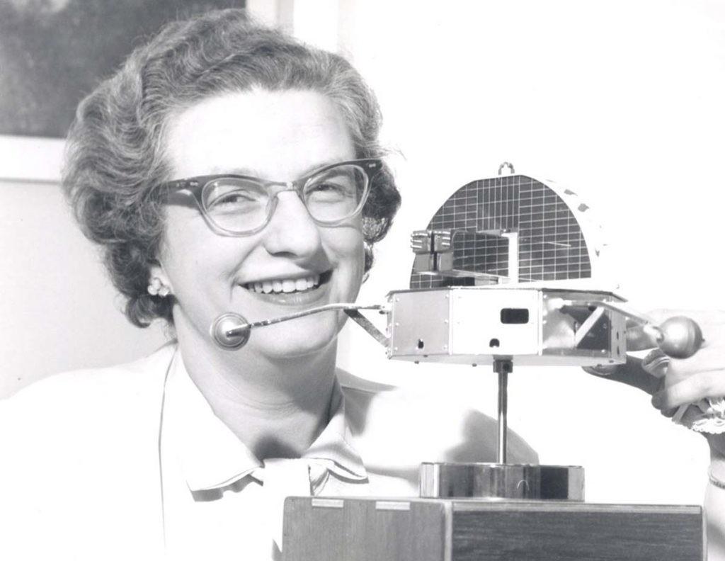Nancy Grace Roman en su puesto de trabajo en la NASA.