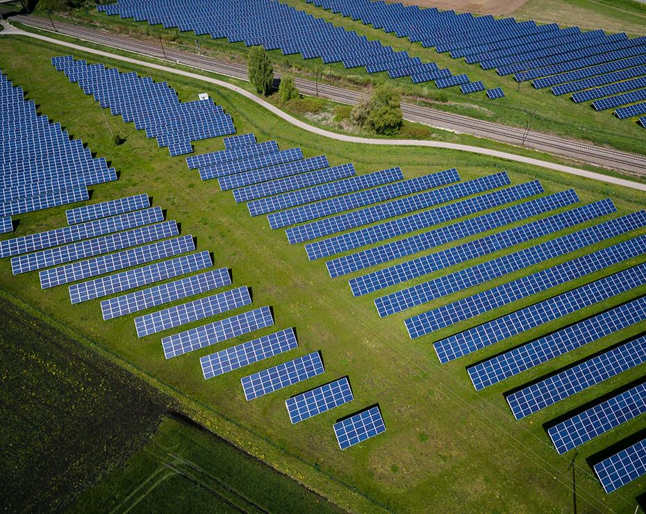 instalación de paneles solares en un campo