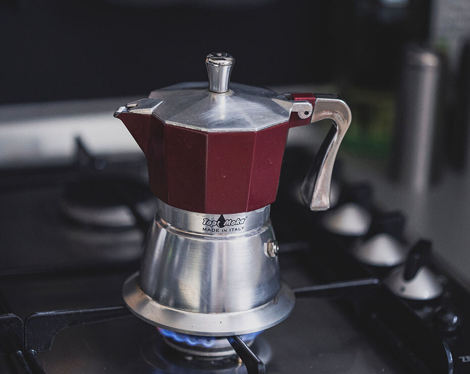 cafetera con cocina de gas debajo