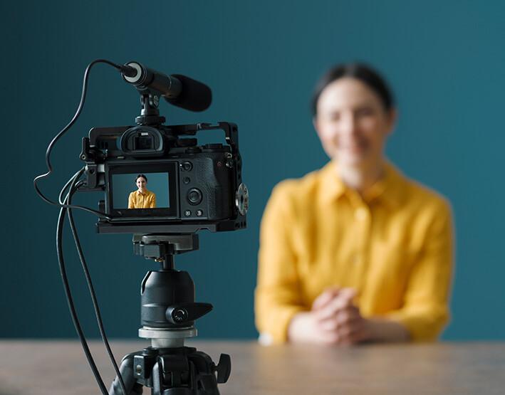 youtuber usando una cámara de vídeo