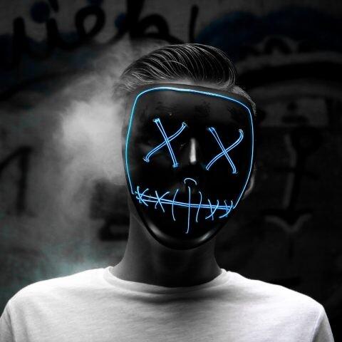 persona mascara extraña