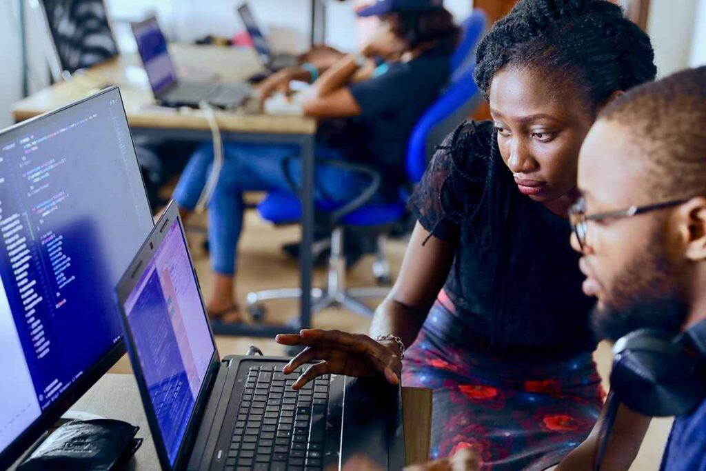 Los bootcamps suelen centrarse en habilidades tecnológicas.