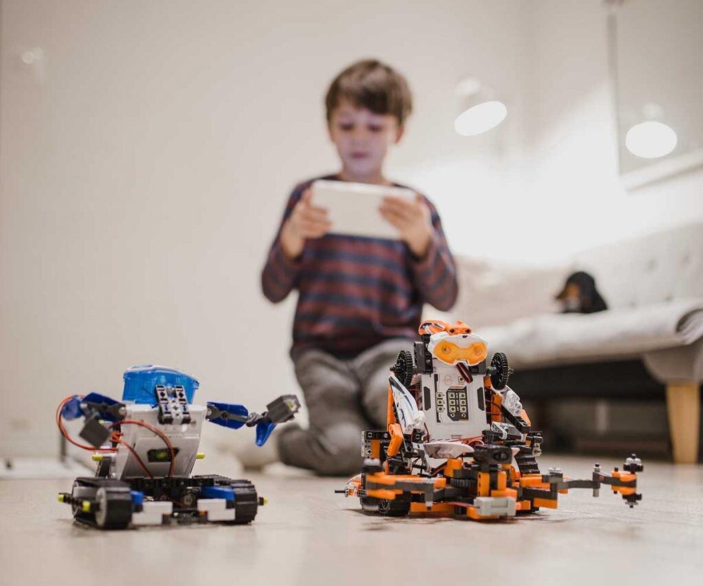 HACK A BOSS Kids nació para despertar la curiosidad de niños y niñas por la programación, la robótica y otros ámbitos de la tecnología.