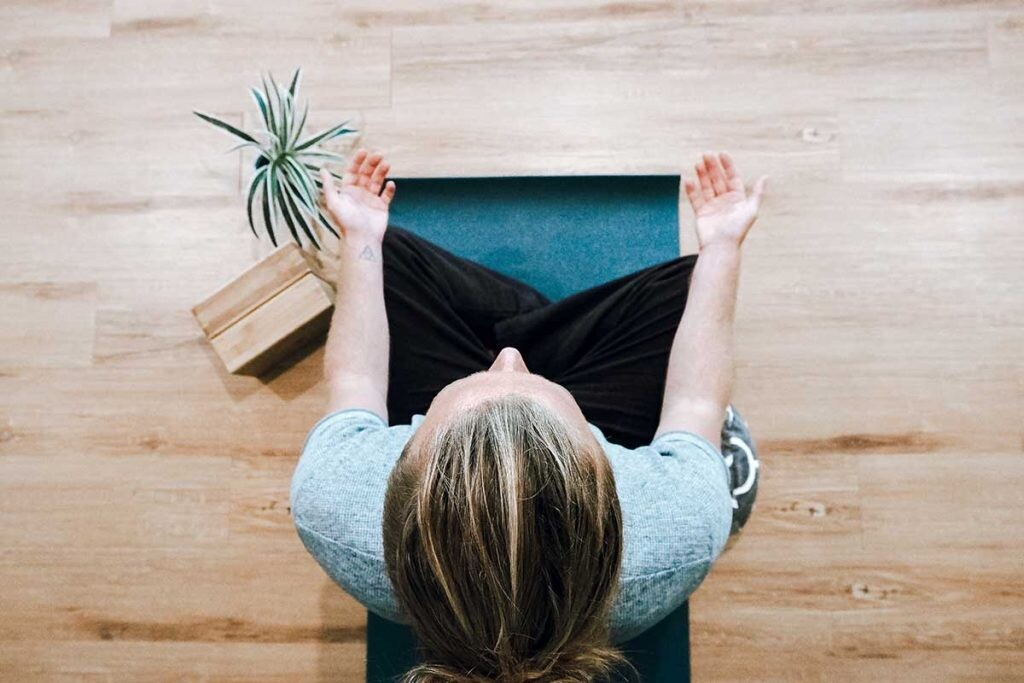 Practicar meditación ofrece beneficios a nivel físico y mental.