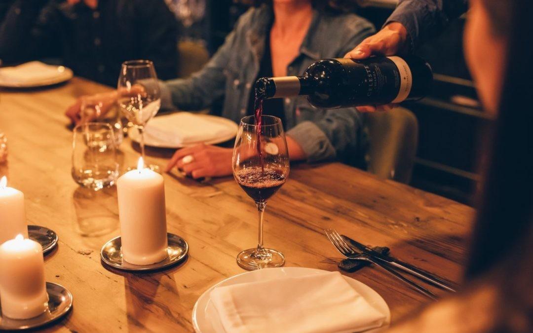 Cinco maridajes inesperados con vino tinto para salirnos de los tópicos