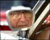 Hombre mayor mira por el retrovisor