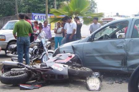 Colision entre moto y coche