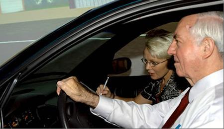 Hombre mayor conduciendo
