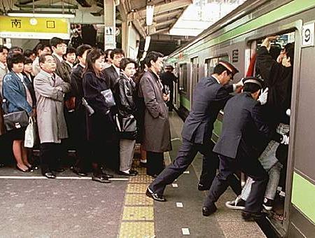 Empujadores en el metro de Tokyo