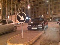 coche obstruyendo el paso en una mediana