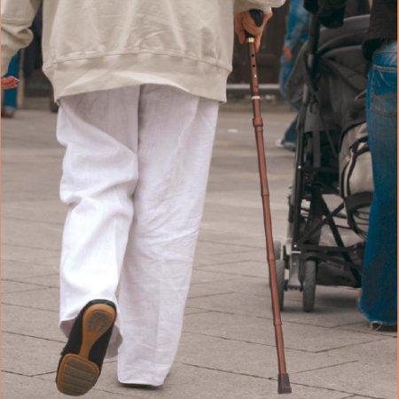 Mayor caminando por la acera. Imagen: SCT