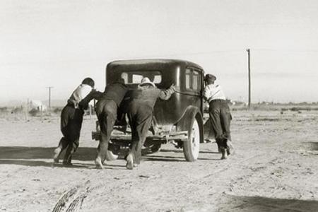 Hombres empujando un coche