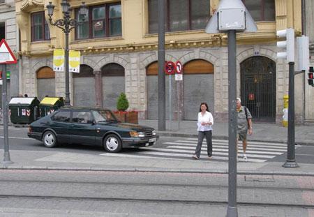 Peatones cruzando la calle con el semaforo cerrado