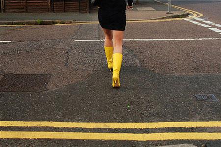 Mujer cruzando la calle