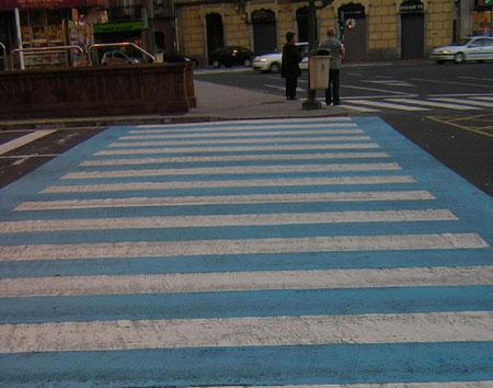 Paso de peatones azul y blanco