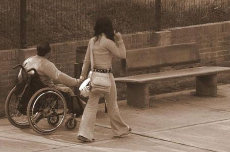 Peatones por la acera