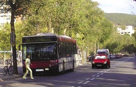 Peatón oculto por autobús