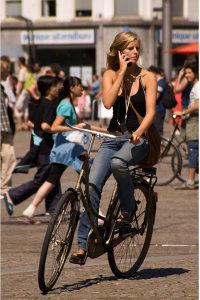 Ciclista empleando un teléfono móvil